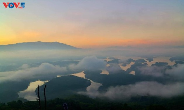 """Ta Dung-See wird ist als """"Halong-Bucht"""" im Hochland betrachtet"""