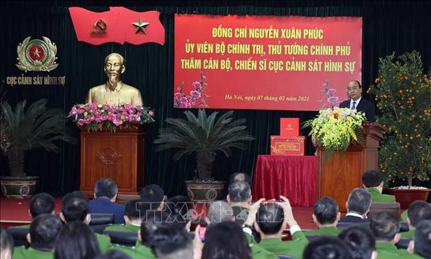 Nguyên Xuân Phuc rend visite à certaines unités de Sécurité publique