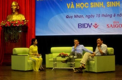 Giáo sư Ngô Bảo Châu giao lưu với các sinh viên tỉnh Bình Định