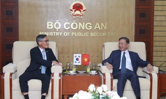 Министр общественной безопасности Вьетнама принял представителей Нацагентства разведки Республики Корея