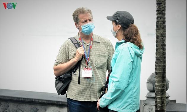 Иностранные туристы поддерживают правило надевать маски в общественных местах во Вьетнаме