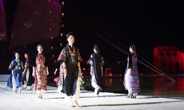 В г.Хойане открылся фестиваль платья «аозяй» с изображениями достопримечательностей Вьетнама