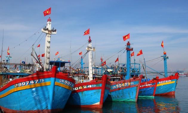 Президент Нгуен Суан Фук передал 5 тысяч флагов в дар Программе «1 миллион национальных флагов в поддержку отечественных рыбаков на море»