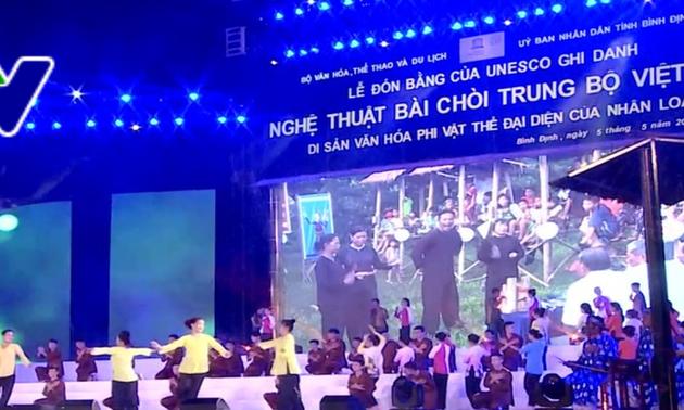 """Upacara menerima Piagam UNESCO yang mencatat """"Seni nyanyian lagu rakyat Bai Choi Trung Bo, Vietnam"""" sebagai Pusaka budaya  nonbendawi yang memwakili umat manusia"""