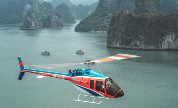 Media internasional memperkenalkan penghayatan di Teluk Ha Long dengan helikopter