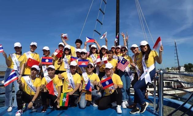 """Para kontestan """"Suara Nyayian ASEAN+3"""" menghayati wisata di Teluk Ha Long"""
