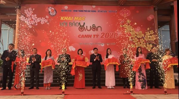 Membuka Festival Koran Musim Semi 2020 di Provinsi Bac Giang