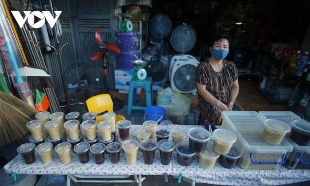 Warga Ha Noi mempersiapkan Hari Raya Duan Wu
