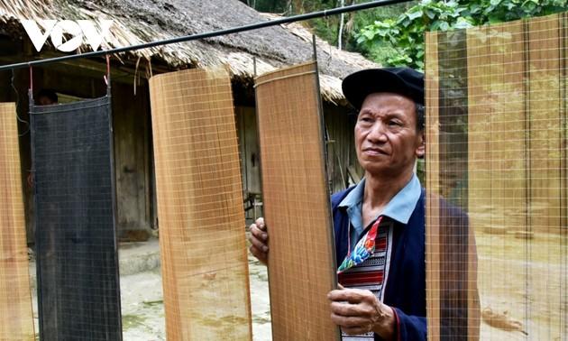 """Kerajinan Menganyam Tirai Untuk  Buat Kertas """"Ban"""" dari  Artisan Etnis Minoritas Dao Merah"""