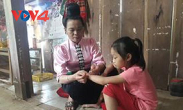Warga Etnis Minoritas Thai di Daerah Tay Bac Menghasratkan  Kesehatan dan Ketenteraman Melalui Adat Mengikat Benang di Pergelangan Tangan