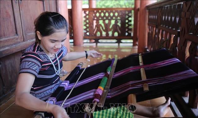 Kerajinan menenun kain ikat dari orang H're adalah pusaka budaya nonbendawi national
