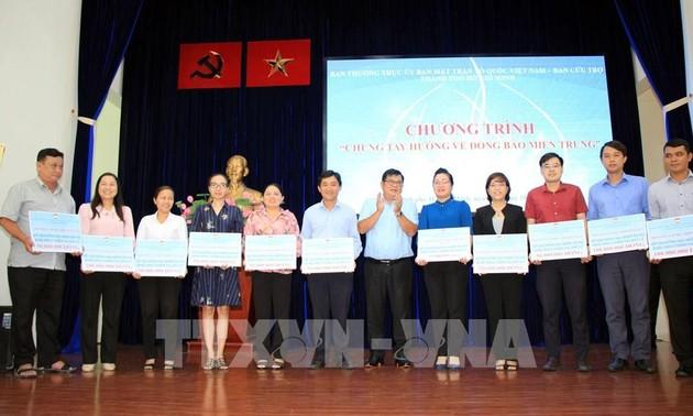 Kota Ho Chi Minh: Memberikan Bantuan Hampir 100 miliar VND kepada  Warga Vietnam Tengah dan Daerah Pegunungan Tay Nguyen yang Mengatasi Bancana Alam