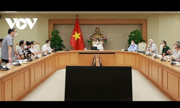Deputi PM Vu Duc Dam Pimpin Sidang tentang Pengujian Vaksin Covid-19