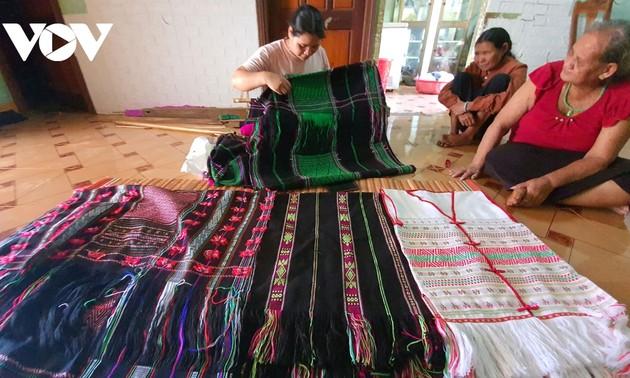 닥니어 협동조합의 베트남 소수민족 전통 브로케이드 토껌(thổ cẩm) 생산