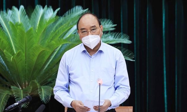 """응우옌 쑤언 푹 주석: """"엄격한 사회적 거리두기를 시행하되 국민의 기아 상태가 발생하면 안돼.."""""""