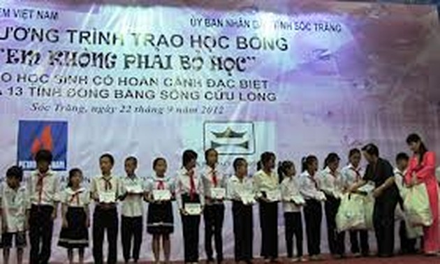 Vice President Nguyen Thi Doan grants children with difficulties scholarships