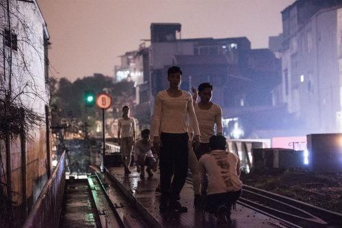 """RoK artists stage """"Memories-Things to remember"""" on Long Bien bridge"""