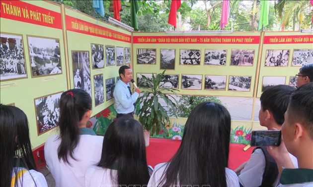 Can Tho opens photo display on the Communist Party of Vietnam, Vietnam People's Army