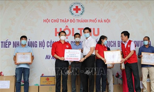Hanoi Red Cross supports health workers, people affected by COVID-19