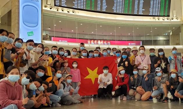 More flights bring Vietnamese citizens home