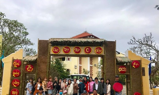 Hoi An City holds traditional market with free commodities for the poor