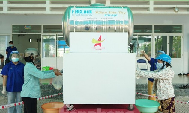 Free ATM rice machine gives rice to poor people in Ho Chi Minh City