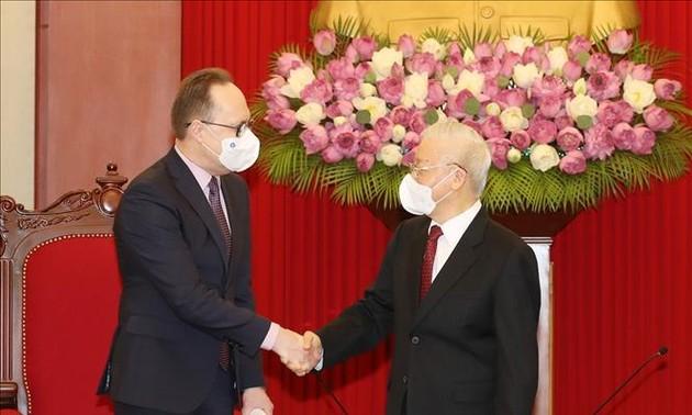Party leader receives Russian Ambassador to Vietnam