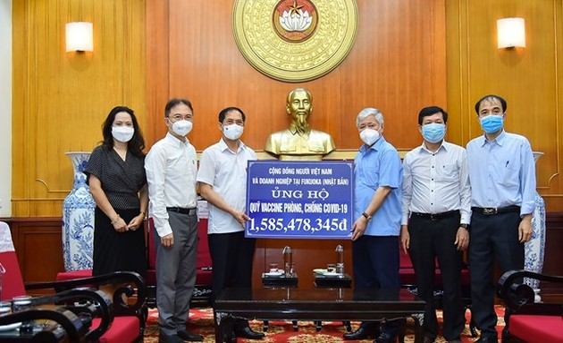 Overseas Vietnamese donate to COVID-19 fight