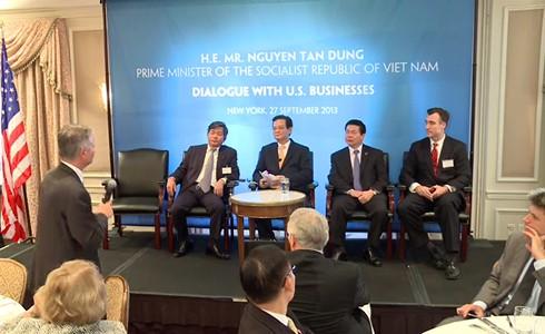 Le chef du gouvernement vietnamien dialogue avec les premiers groupes américains