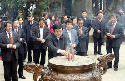 Le président Truong Tân Sang à la mémoire des rois Hùng fondateurs du pays
