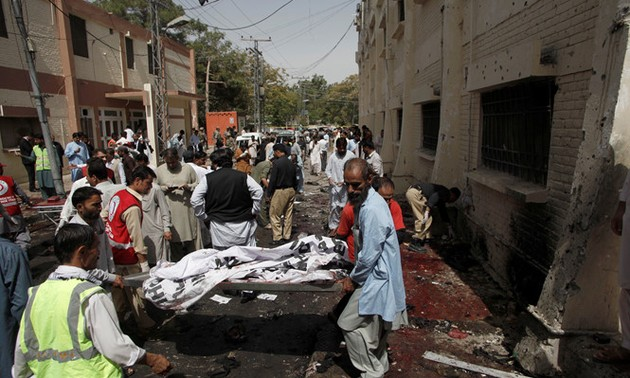 Soixante-dix morts dans un attentat des talibans au Pakistan