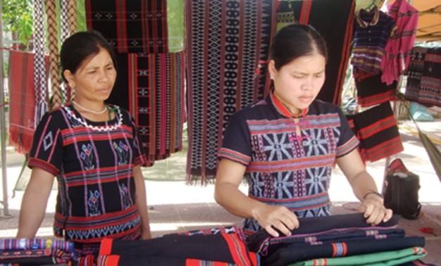 Menghidupkan kembali kerajinan menenun kain ikat di kabupaten pegunungan A Luoi, provinsi Thua Thien
