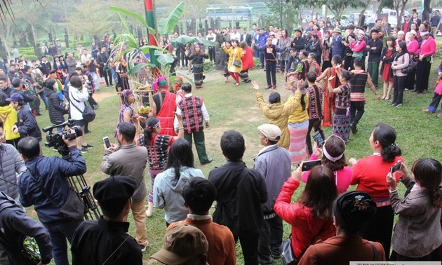 Perkampungan Budaya-Wisata  Etnis-Etnis Viet Nam dengan pesta-pesta awal musim semi