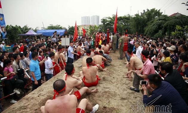 Ritual tarik  tambang  sambil duduk di Kuil Tran Vu, pusaka budaya nonbendawi yang mewakili umat manusia