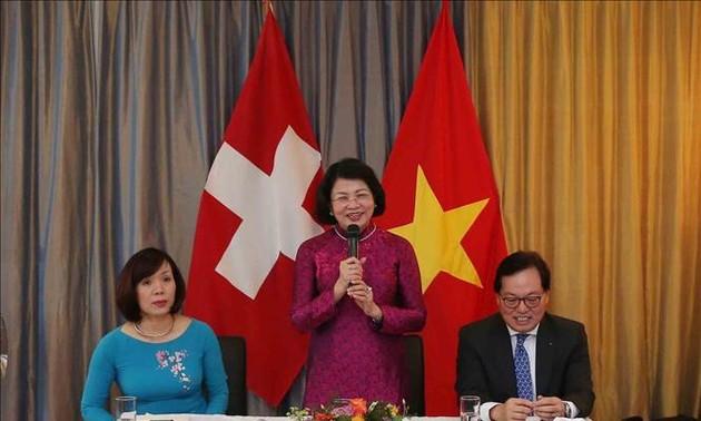 Wakil Presiden Dang Thi Ngoc Thinh melakukan pertemuan dengan wakil tipikal komunitas orang Viet Nam di Swiss