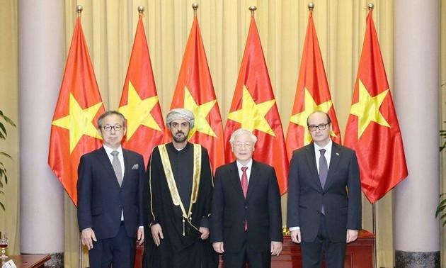 Máximo dirigente vietnamita recibe a nuevos embajadores extranjeros