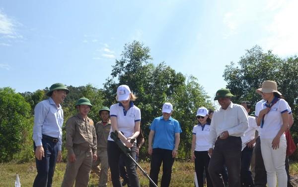 Vietnam proporciona asistencia a víctimas de explosivos remanentes después de guerra para repeler el Covid-19