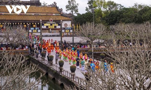 Reproducción del acto de adoración del primer día del Año Nuevo Lunar en Hue