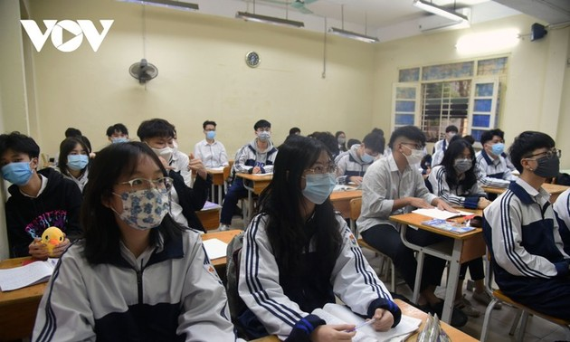 Los alumnos vietnamitas vuelven a la escuela con el cumplimiento de obligaciones antiepidémicas