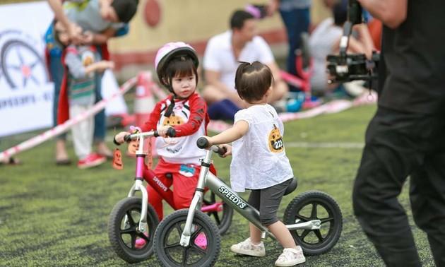 La bicicleta de equilibrio: el nuevo deporte recreativo de los niños vietnamitas