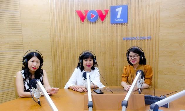 Periodistas de la Voz de Vietnam especializadas en noticias internacionales