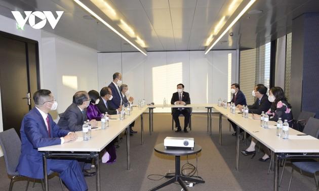 Presidente del Parlamento vietnamita se reúne con la comunidad connacional en Europa