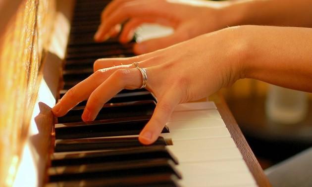 ベトナムの穏やかなピアノ演奏