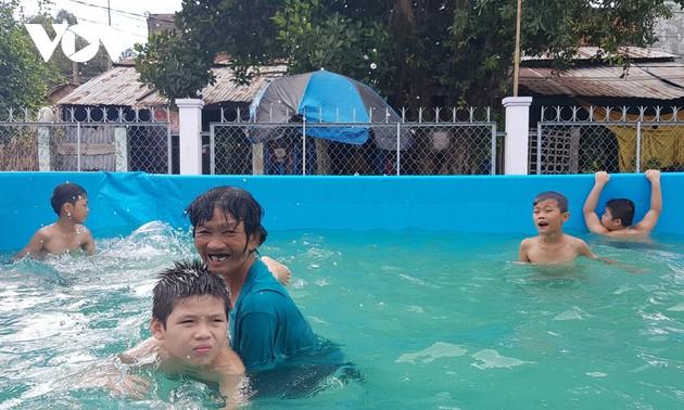 子どもたちに水泳を教える女性がフォーブス・ベトナム誌から顕彰
