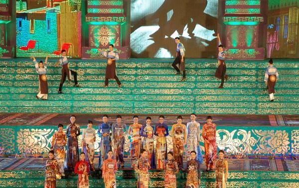 Kira-kira 100 000  wisatawan datang ke kota Hue dalam pekan pertama Festival Hue-2014