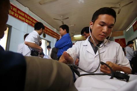 Para dokter muda Vietnam  bersama dengan para nelayan merapati laut