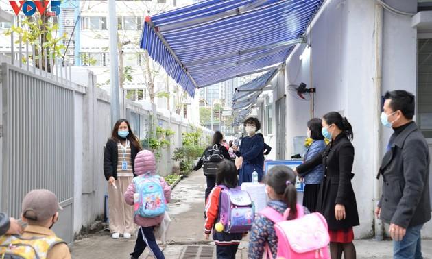 Học sinh cả nước trở lại trường trong điều kiện phòng dịch được siết chặt