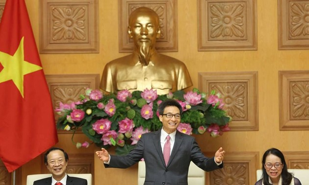 Vu Duc Dam rend hommage à des enseignants issus des ethnies minoritaires