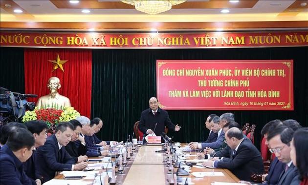 Nguyên Xuân Phuc travaille avec les dirigeants de la province de Hoà Binh
