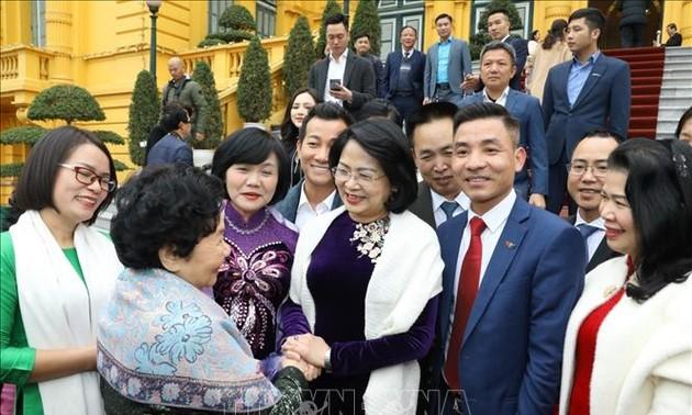 Dang Thi Ngoc Thinh rend hommage aux partenaires des programmes de soutien des enfants en 2020